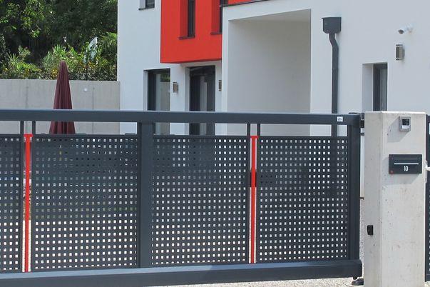 """Decor-Perforée Tore """"Basis"""" - Schiebetor und Tür in Basis II-Ausführung und Vierkant-Lochblech."""