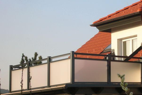Glasal Geländer  - mit freilaufendem Handlauf und Mattweiß-Folie.