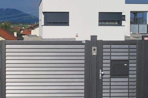 Lamello-Blocco Tore - Toranlage mit vielen Extras: E-Antrieb, eingebauter Postkasten und Torsprechanlage.