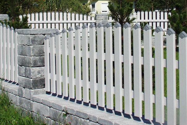 Latten Zaun mit Spitzkappen - in alternativer Farbe. Oberkante convex.