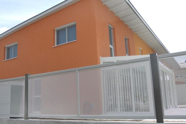 Flat-Design Zaun Lochblech - Zaunfelder mit Rund-Lochblech.