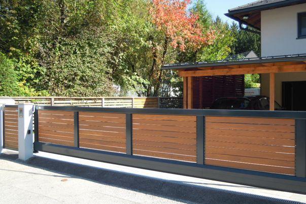 Rahmen-Tore - Schiebetor mit E-Antrieb und Tür mit Holzfüllung.