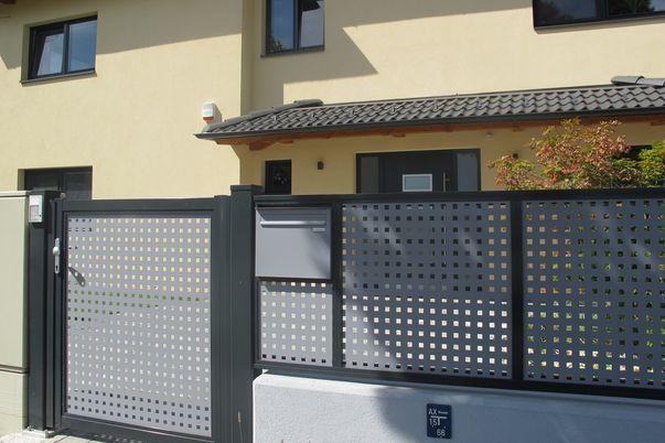 Flat-Design Zaun &  Tor Lochblech - mit Quadratlochung in Schmuckfarbe und eingebauten Postkasten.