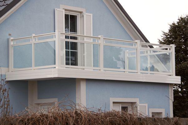 Glasal Geländer - mit freilaufendem Handlauf und Klar-Glas. Balkonblende als Extra.