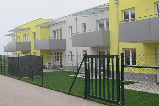 Draht-Geflecht-Zaun für Objektbereich - mit Pfähle und Tür mit Stabfüllung in grün.