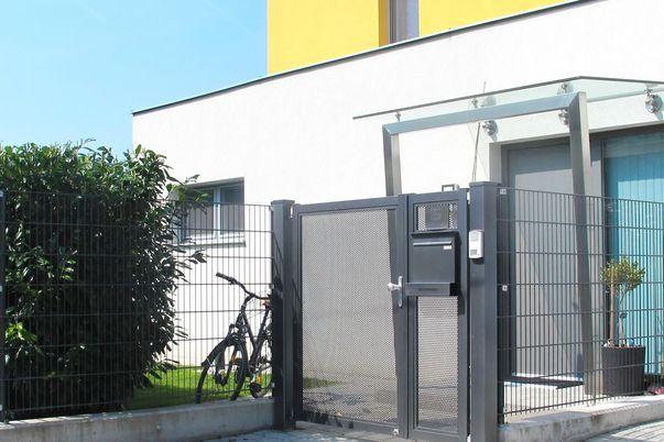 Gitter-Zaun mit Flat-Türe, Postkasten & Zeitungsrolle