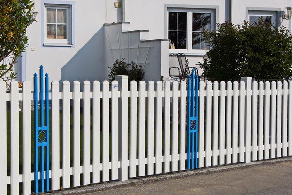 Latten Zaun mit Rundkappen - und Ornament Quadrette in knalliger Sonderfarbe.