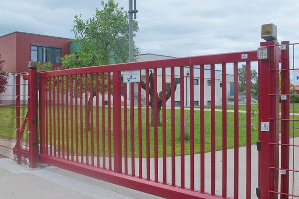 Portail coulissant Industrie avec barreaux - et panneaux grillage double en couleur hors standard, avec contacteur à clé et lampe d'alarme.