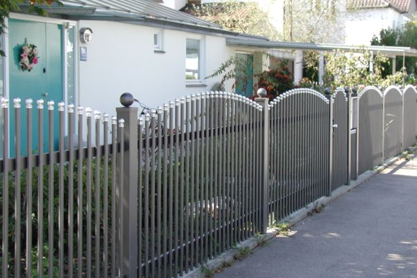 Palisaden Zaun mit Kugelkappen - Oberkante convex, Zierkugeln für Steher.