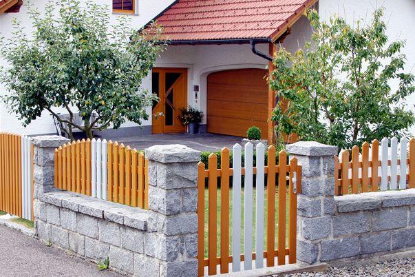 Latten Zaun & Tor mit Spitzkappen - Einzelne Latten in Schmuckfarbe, Oberkante convex.