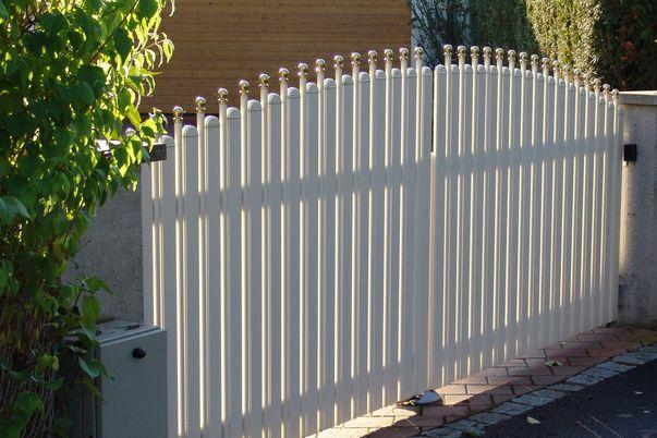 Latte+Zwischenstab Tor - Einfahrtstor mit Rundkappen für Latten und Kugelkappen für Stäbe.