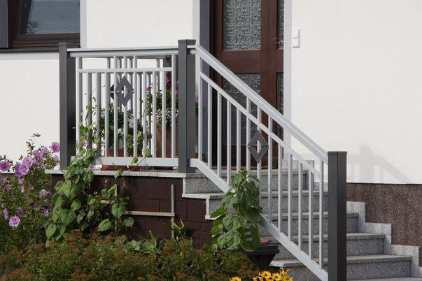 """Decor-Stab Geländer """"Basis"""" - Ausführung in Basis III mit Zierornament Karo und integriertem Handlauf. Schutzleiste für Treppenspalt erforderlich!"""