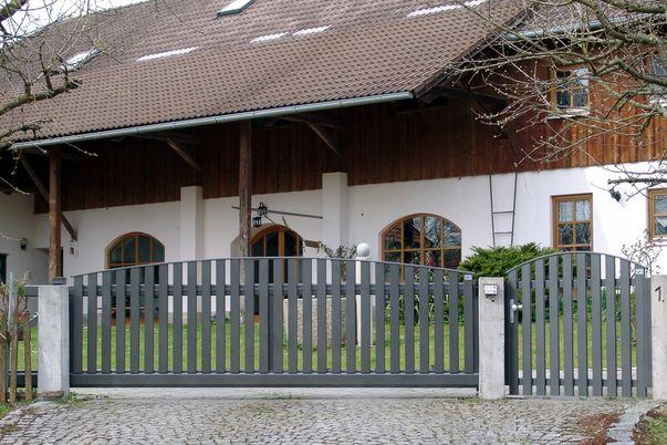 Latten Tore mit Oberkantenleiste  - Tür und Schiebetor mit E-Antrieb.