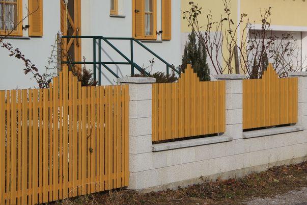 Latte+Zwischenstab Zaun & Tor - Flügeltor und Zaunfelder in Holzdekor, mit Flachkappen für Latten+Stäbe, Sonderoberkante.
