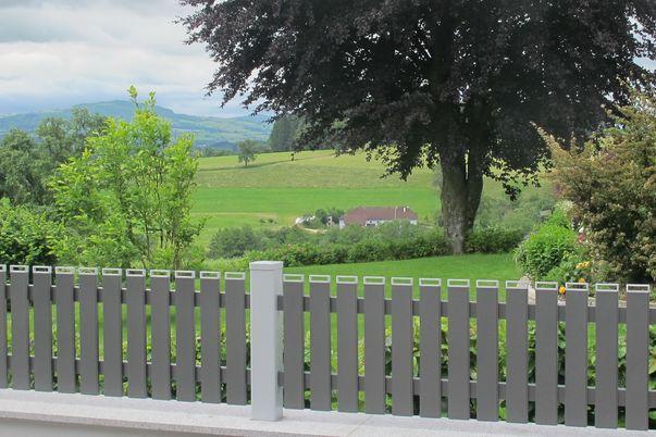 Latten Zaun mit Kaminkappen - Exklusiv bei Brix: Kaminkappen, in Farbe wie Steher.