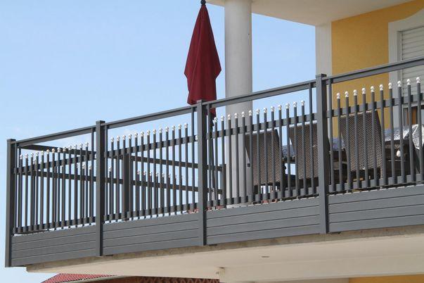 Palisaden Geländer mit freilaufendem Handlauf - Balkonverblendung als Extra