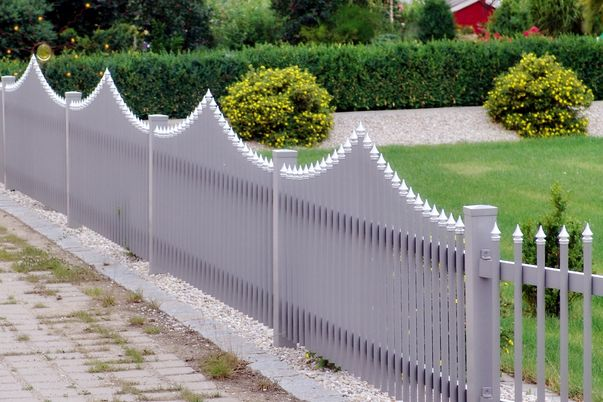 Palisaden Zaun mit Spitzkappen - Oberkante convex-parabel.