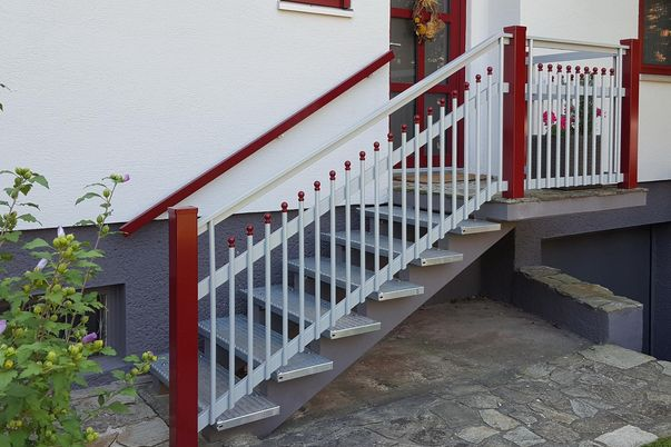 Palisaden Treppen-Geländer - mit Kugelkappen, Steher und Wand-Handlauf in Farbe wie Eingangstür und Fenster.