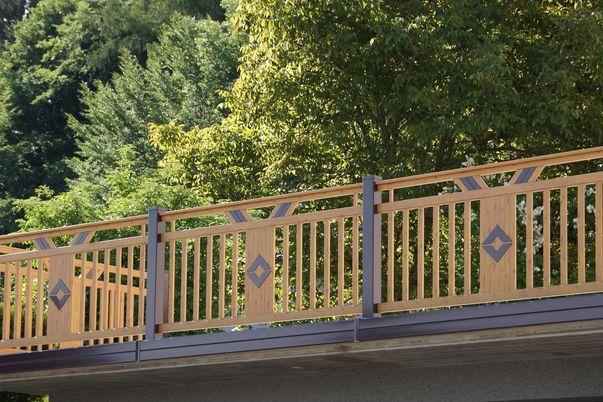 Staketen Geländer mit Ornament Panelo - in Holzdekor, Ornament FLY für freilaufenden Handlauf. Steher und Ornament Karo in gleicher Farbe.
