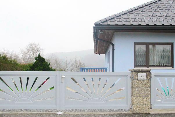 """Flat-Design Tore Motiv  - Einfahrtstor und Tür mit Sonnen-Motivblech """"K3_001""""."""