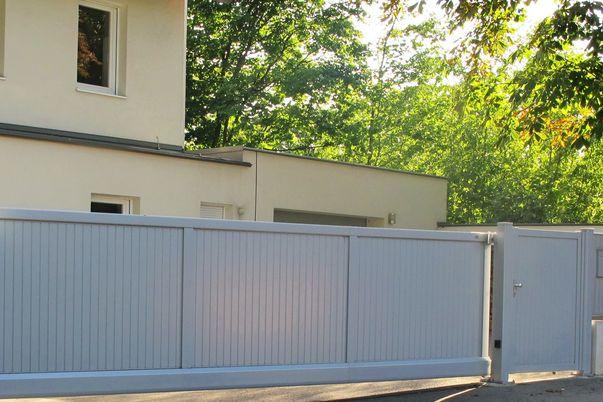 Zaun & Tor Latten-Füllung Vertikal - Schiebetor mit E-Antrieb, Tür und Felder. Postkasten eingebaut.