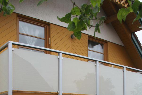Glass-Klemmen-Geländer mit Handlauf TopRail - VSG mit Mattweiß-Folie