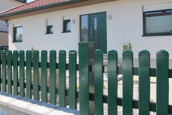 Latte Zaun mit Rundkappen - in Standardfarbe und gerader Oberkante.