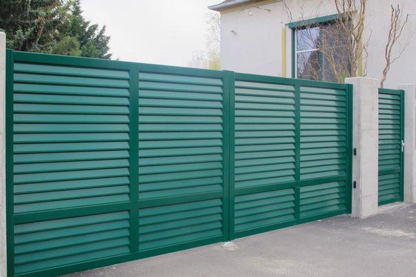Lamello-Blocco Tore - Einfahrtstor mit E-Antrieb und Tür mit Lamellen ohne Abstand.