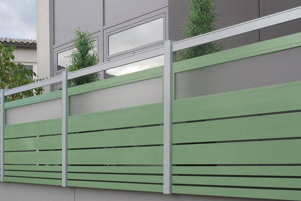 Staketto-Horizotal Geländer - mit Füllungsstäben 150 unter und 60 über Zierfeld mit Acrylglasfüllung satiniert. Felderhöhungen als Extra.