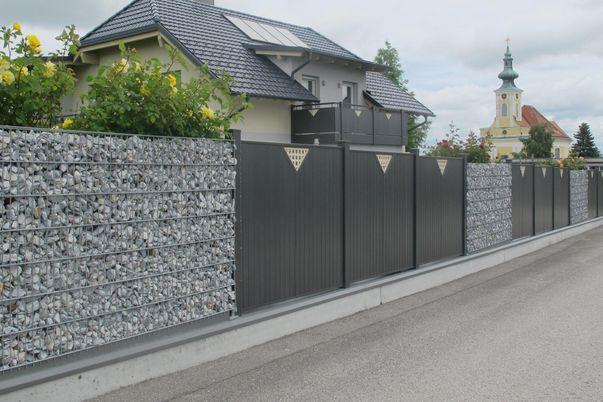 Steinzaun mit Lattenfüllungs-Zaun u. -Geländer -