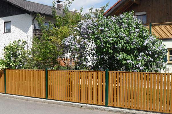 Zaun Latten-Füllung Vertikal - in Kombination mit Balkongeländer Diagonal