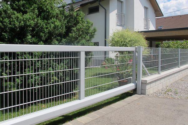 Zaunbau-Schiebetor mit Gitter - und Zaun mit Doppelstabmatten.