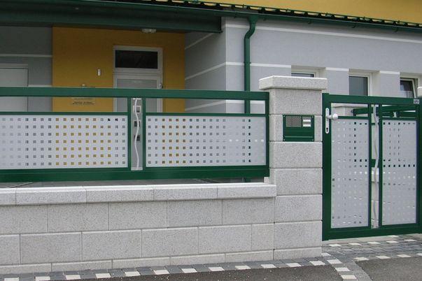 """Decor-Perforée Zaun """"Wavy"""" - Tür und Zaunfeld mit Ornament Wavy und Vierkant-Lochblech in gleicher Farbe."""