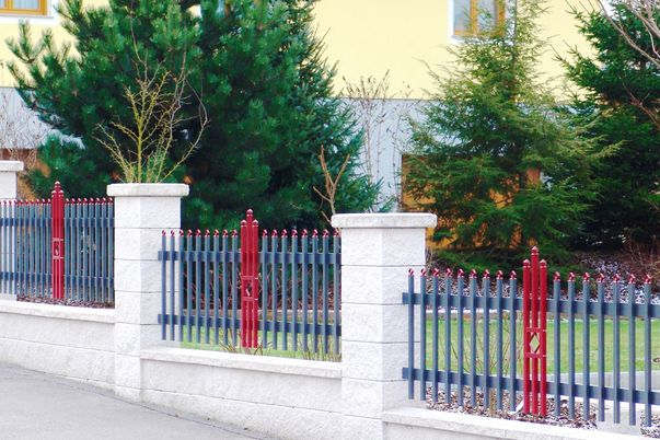 Paliquadra Zaun mit Quadrakappen - in gleicher Farbe wie Ornament Quadrette, Oberkante gerade.