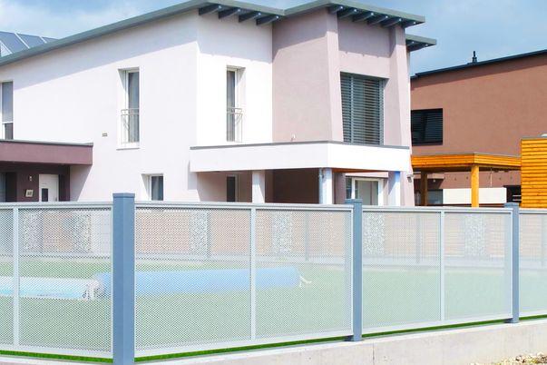 Flat-Design Zaun Lochblech  - Zaunfelder mit Rund-Lochblech in alternativer Farbe zu Steher.