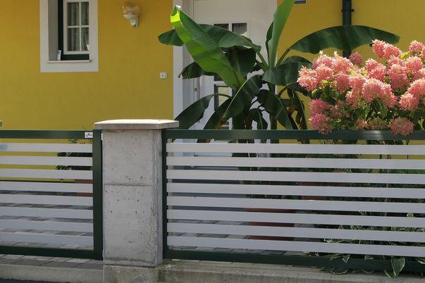 Staketen Zaun & Tür - mit Horizontal-Stäben 60 in alternativer Farbe.
