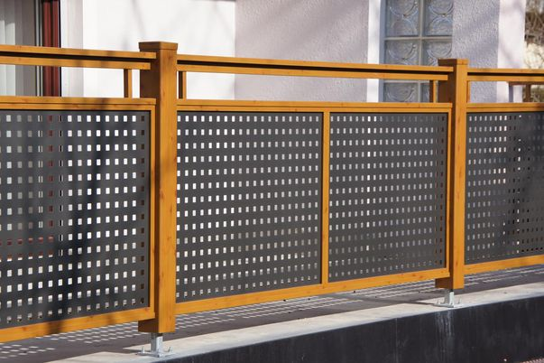Flat-Design Geländer Lochblech - mit Quadratlochung in Schmuckfarbe. Rahmen, Steher und Freilaufender Handlauf in Holzdekor.