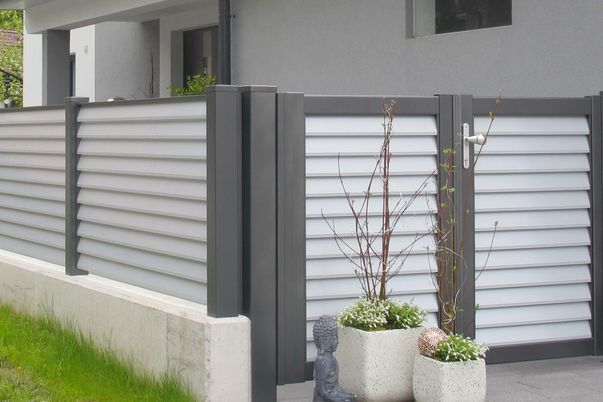 Lamello-Blocco-Zaun - Zaun- und Toranlage in 2 Farben. Postkastensäule in knalliger Sonderfarbe als Extra.