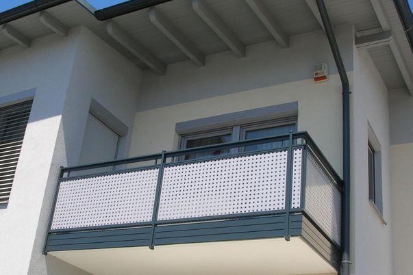 Flat-Design Geländer Lochblech - mit Quadratlochung in Schmuckfarbe, Handlauf Freilaufend, Balkonblende als Extra.