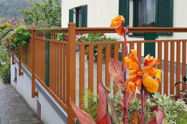 Decor 60 Geländer mit Panelo - in alternativer Farbe, Steher-Seitenmontage.