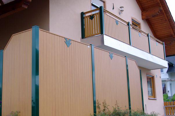 Sichtschutz Lattenfuellung Vertikal - mit Ornament Trio in Steherfarbe, passend zum Balkongeländer.
