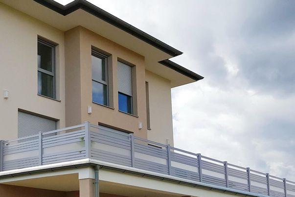 Staketto-Horizontal Terrassengeländer - mit Füllungsstäben 60 und Zierfeld in Acryl-satiniert.