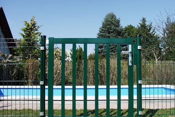 """Portail Industrie """"mesure standard"""" avec barreaux - portillon posé au poteau alu."""