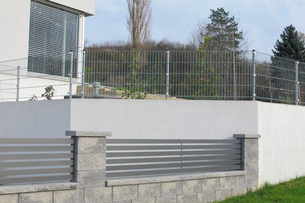 Frontline Zaun - Gartenzaun mit Stäben 60, oben Stahlgitter-Matten verzinkt.