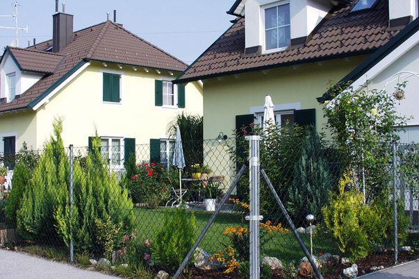 Draht-Geflecht-Zaun - in grün, Mittel- und Eck-Pfähle in verzinkt.