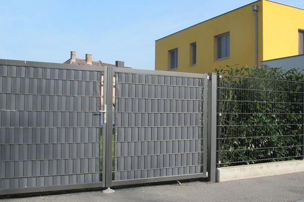 Portail 2 vantaux Industrie avec treillis soudé - et brise vue (bande occultante PVC, gris-blanc).