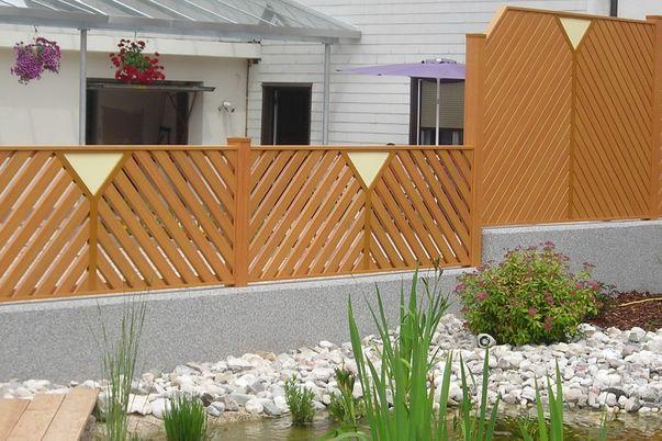 Zaun Latten-Füllung Diagonal - und Ornament Ypsilo mit Vollplatte in alternativer Farbe.