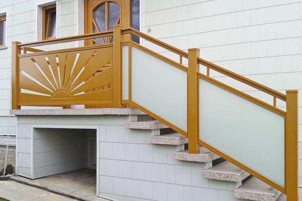 Glasal Geländer mit Flat-Design - Glas mit Mattweiß-Folie, kombiniert mit Flat Motiv-Sonne K3_004, Handlauf freilaufend. Schutzleiste für Treppenspalt erforderlich!