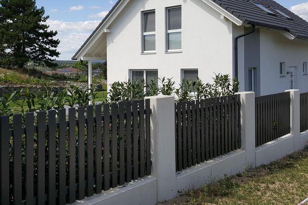Latten Zaun mit Flachkappen  - in Standardfarbe und gerader Oberkante.