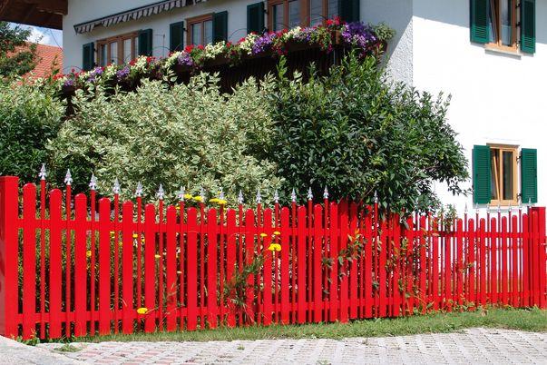 Latte+Zwischenstab Zaun - Gartenzaun mit Oberkante concav. Latten mit Rund-, Stäbe mit Royalkappen.